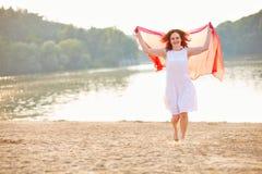 Vrouw in de zomer bij meer royalty-vrije stock foto