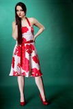 Vrouw in de zomer bloemrijke kleding op groen Royalty-vrije Stock Afbeeldingen