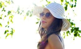 Vrouw in de zomerhoed Stock Foto's