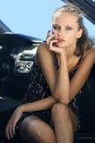 Vrouw in de zwarte auto stock foto