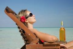Vrouw in deckchair Stock Foto's