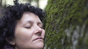 Vrouw in depressie diepe ademhaling in aard royalty-vrije stock afbeelding