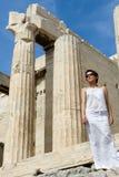 Vrouw dichtbij de Akropolis Athene Gree van Kolommen Propylaea Stock Fotografie