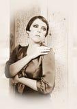 Vrouw dichtbij de Muur Stock Afbeeldingen