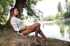 Vrouw dichtbij de rivier stock afbeelding