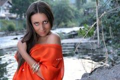 Vrouw dichtbij de rivier royalty-vrije stock foto