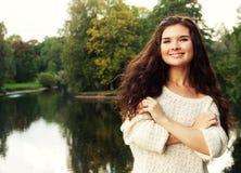 Vrouw dichtbij de rivier in de herfstseizoen stock afbeelding