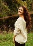 Vrouw dichtbij de rivier in de herfstseizoen stock afbeeldingen