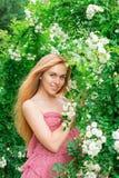 Vrouw dichtbij de rozen stock afbeeldingen