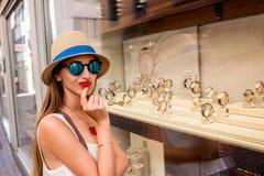 Vrouw dichtbij de showcase met horloges Stock Fotografie