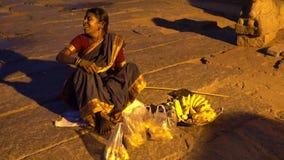 Vrouw dichtbij de tempel stock footage