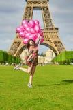 Vrouw dichtbij de toren van Eiffel in Parijs met ballons Royalty-vrije Stock Afbeeldingen