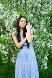 Vrouw dichtbij een bloeiende boom stock fotografie
