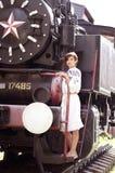 Vrouw dichtbij een trein royalty-vrije stock fotografie
