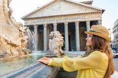 Vrouw dichtbij fontein van het pantheon in Rome Stock Foto