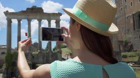 Vrouw dichtbij Forum Romanum die foto op mobiele telefoon nemen Vrouwelijke toerist die beeld van Roman forum nemen stock footage