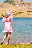 Vrouw dichtbij het meer in woestijn Royalty-vrije Stock Foto's