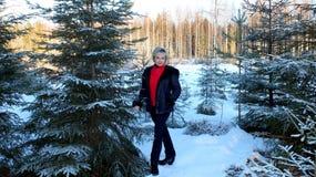 Vrouw dichtbij Kerstboom royalty-vrije stock afbeelding
