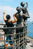 Vrouw dichtbij monument Stock Foto