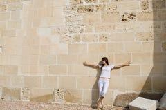 Vrouw dichtbij muur Royalty-vrije Stock Foto's