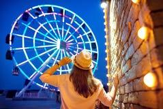 Vrouw dichtbij Reuzenrad bij nacht Royalty-vrije Stock Fotografie