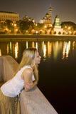 Vrouw dichtbij river4 Stock Afbeelding