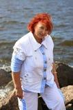 Vrouw dichtbij stenen stock fotografie