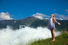 Vrouw dichtbij water op achtergrond van het landschap Royalty-vrije Stock Afbeelding