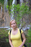 Vrouw dichtbij watervallen Royalty-vrije Stock Afbeelding