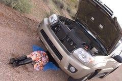 Vrouw die aan auto werkt Royalty-vrije Stock Afbeelding
