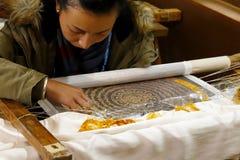 Vrouw die aan borduurwerk in het dorp van Baisha, Lijiang, Yunnan, China werken royalty-vrije stock afbeeldingen