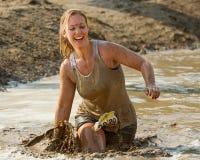 Vrouw die aan de afwerking met een glimlach op haar gezicht rennen Royalty-vrije Stock Foto's
