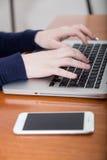 Vrouw die aan de computer werkt Stock Afbeeldingen