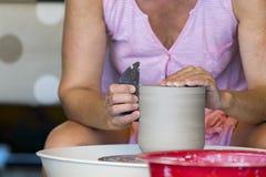 Vrouw die aan de draaibank werken stock fotografie