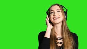 Vrouw die aan de muziek in hoofdtelefoons luisteren stock videobeelden