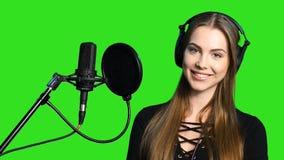 Vrouw die aan de muziek in hoofdtelefoons luisteren stock footage