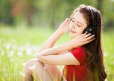 Vrouw die aan de muziek luistert Royalty-vrije Stock Afbeelding