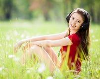 Vrouw die aan de muziek luistert Royalty-vrije Stock Foto's