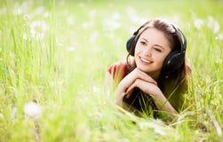 Vrouw die aan de muziek luistert Stock Fotografie