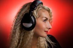Vrouw die aan de muziek luistert Stock Foto