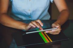 Vrouw die aan digitale tablet werken Stock Foto's