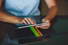 Vrouw die aan digitale tablet werken Stock Foto