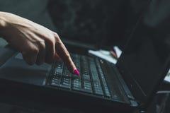 Vrouw die, aan een laptop toetsenbord thuis werken die typen stock afbeeldingen