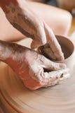 Vrouw die aan een pottenbakkers` s wiel werken Royalty-vrije Stock Foto's