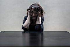 Vrouw die aan een strenge depressie lijdt Stock Afbeeldingen