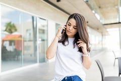 Vrouw die aan een Vraag op Haar Mobiele Telefoon luisteren royalty-vrije stock afbeeldingen