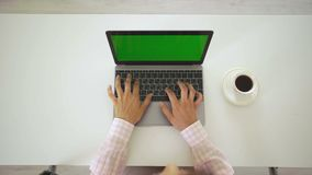 Vrouw die aan haar laptop met het groene scherm, hoogste mening werken stock videobeelden