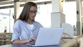 Vrouw die aan haar laptop werkt stock video