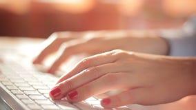 Vrouw die aan haar laptop werkt stock footage