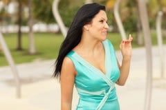 Vrouw die aan haar vrienden golft Royalty-vrije Stock Foto's